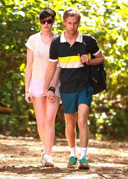 Anne Hathaway byla vyrušena během romantické procházky s manželem Adamem Shulmanem.