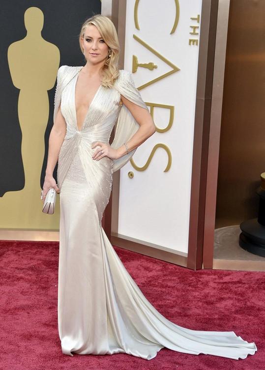 Nejen dechberoucí výstřih, ale také úchvatnou hru linií a zvýrazněná ramena přecházející do spuštěné vlečky předvedla Kate Hudson se svými ateliérovými šaty Versace.