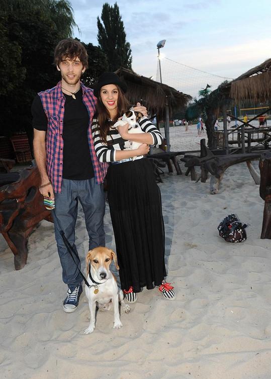 Jednoho psa přitom už Míša s přítelem Romanem Tomešem mají.