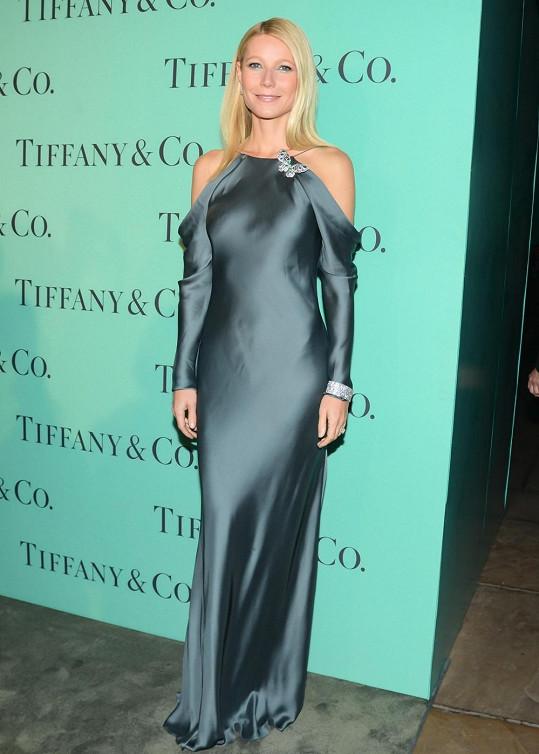 Gwyneth Paltrow zvolila typicky amerického návrháře Ralpha Laurena. Róba z hedvábí a mušelínu v ocelově modré barvě dala dokonale vyniknout diamantovým šperkům - výrazné broži ve tvaru motýla s diamanty, safíry a černými opály, náramku s diamanty a náušnicím z platiny s kruhovými diamanty.