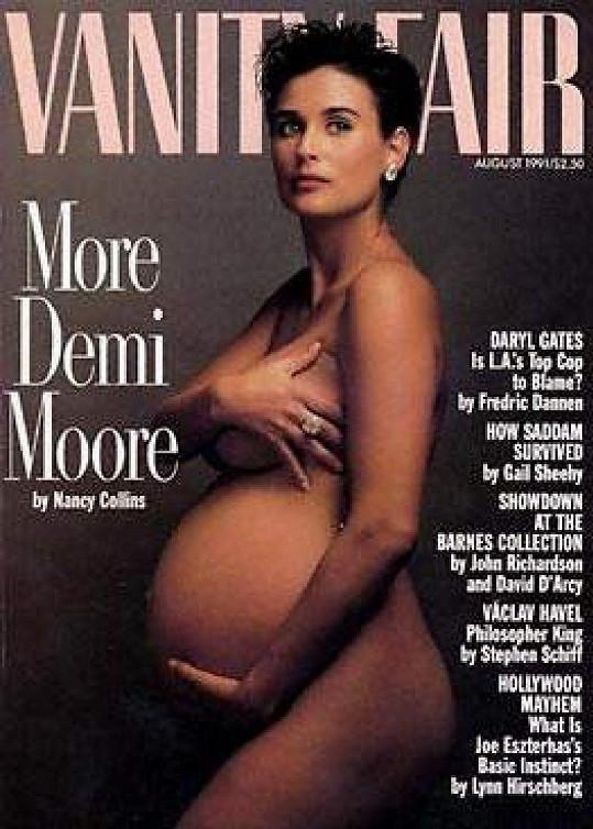 Demi Moore se také pochlubila bříškem.