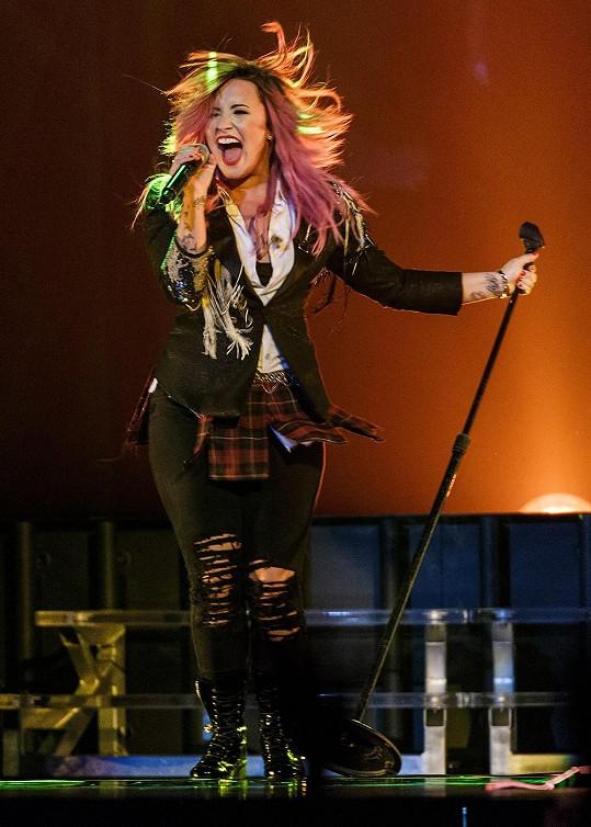 Demi Lovato v minulosti trpěla poruchou příjmu potravy, dnes se zdá být se sebou spokojená i s pár kily navrch.
