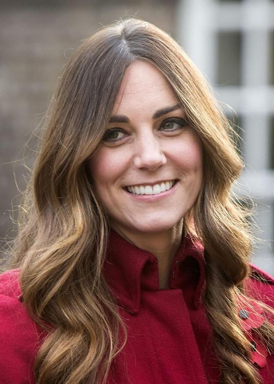 Kate má krásný úsměv, ale co ty šediny?