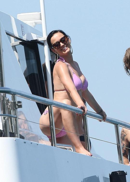Katy Perry odpočívala na jachtě v australském Sydney po náročné koncertní šňůře.