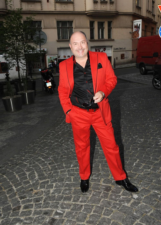 Michal David měl rudý oblek.