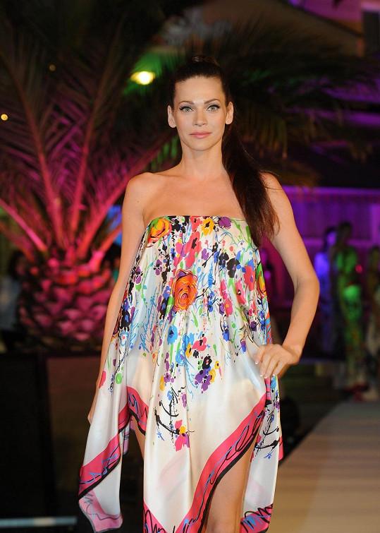 Andrea Verešová předváděla pro změnu tyto šaty.