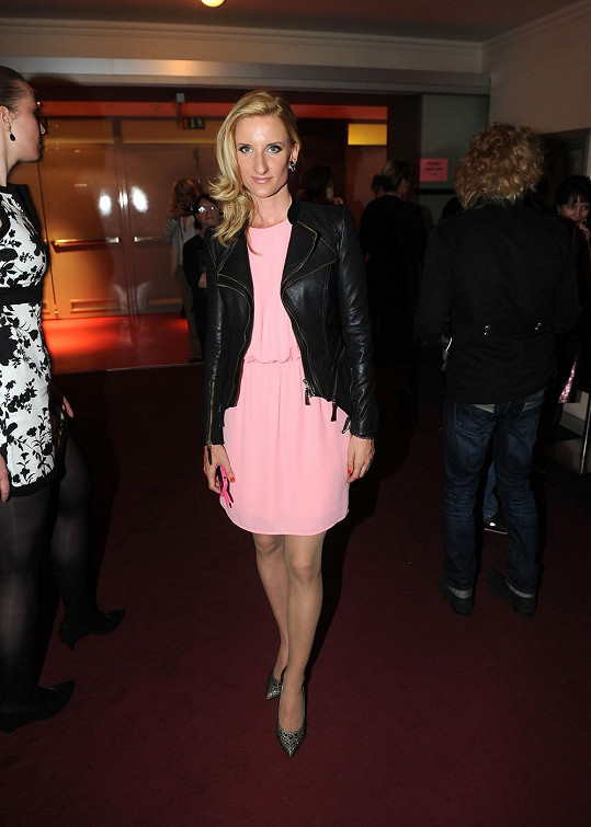 Po přenosu na párty předvedla růžové šaty.