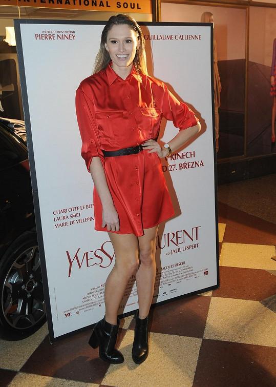 Michaela Štoudková si vybrala červené košilové šaty.