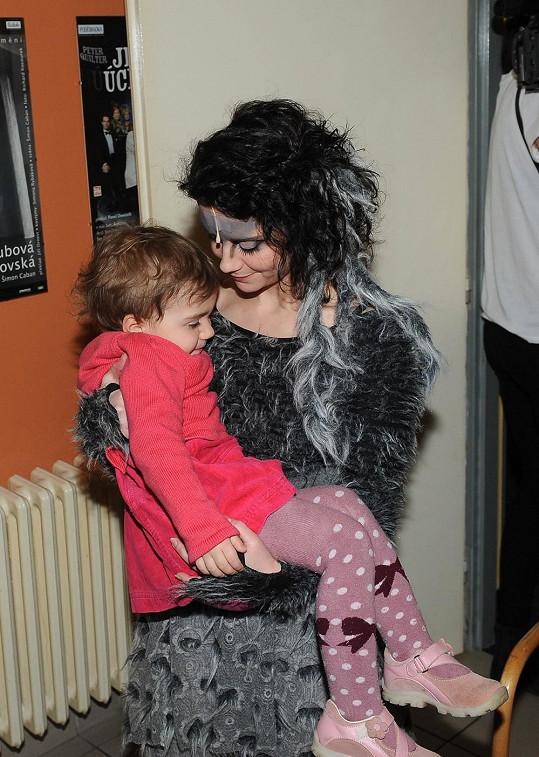 Z kostýmu vlčice bývala malá Rebeka vyděšená, už si ale zvykla.