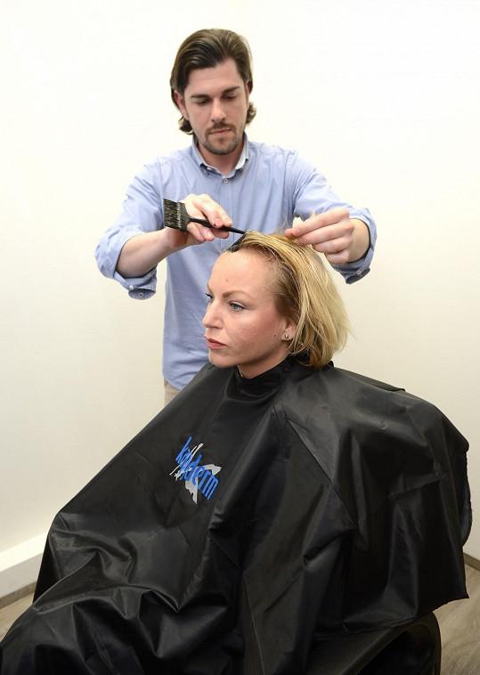 Martina u svého kadeřníka, který jí vlasy nestříhá, jen dobarvuje.