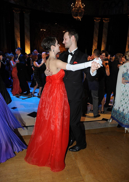 Gábina s přítelem na tanečním parketu.