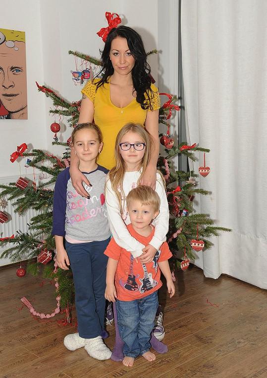 Agáta se synem, sestrou Kordulou a její kamarádkou.