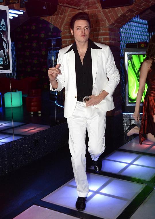 Jan Kříž má příčesek, aby vypadal jako John Travolta.