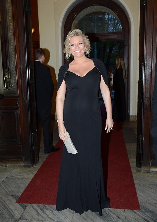 Borhyová nakráčela do Divadla na Vinohradech v černé róbě, i když módní odborníci tuto barvu těhotným nedoporučují.