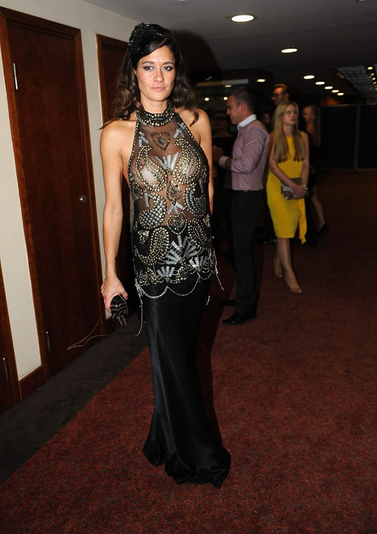 Modelka chodí ráda odvážně oblečená i na večírky.