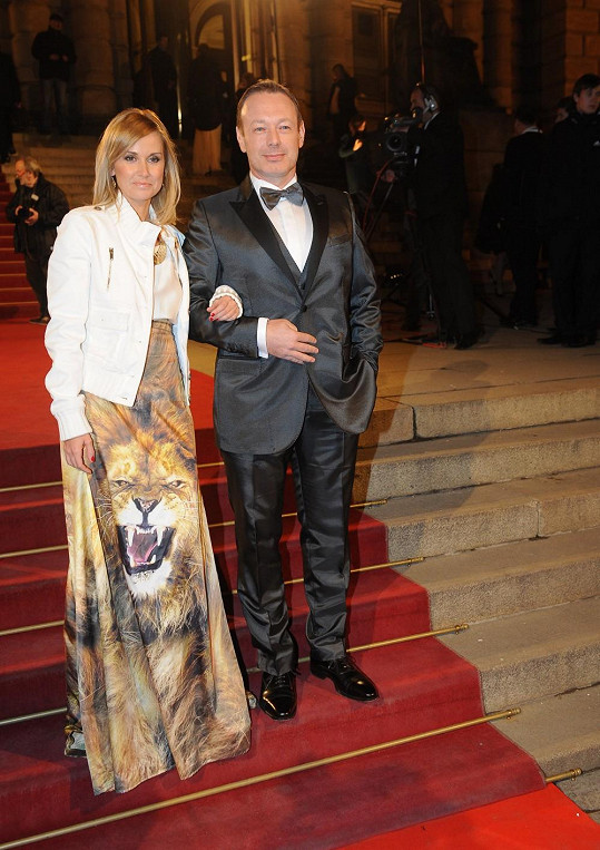 Stylová dýdžejka Lucca se lvem na sukni a manželem Michalem Dvořákem