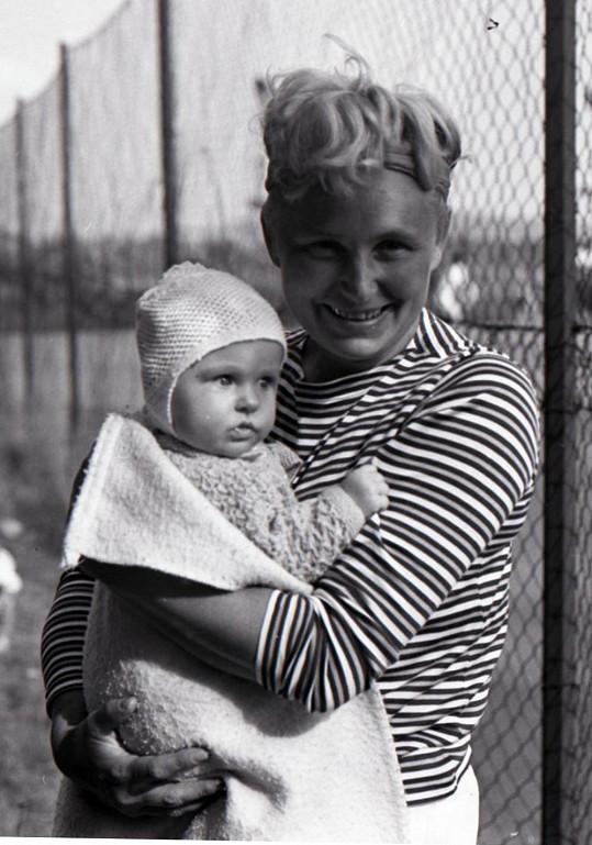 Usměvavá Věra Suková pózuje s dcerou.