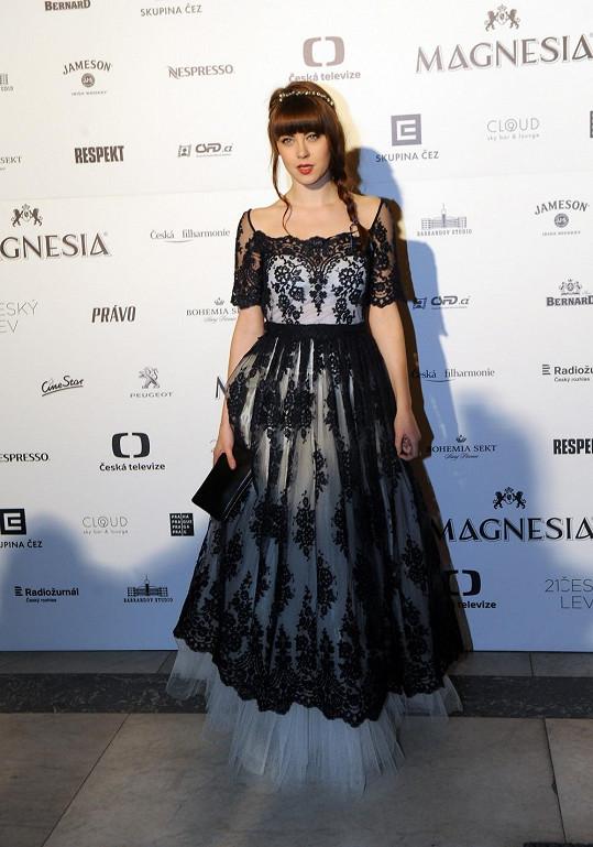 """Režisérka Dymáková nebyla jediná, která si hrála na princeznu. Také Jenovéfa Boková byla tak trošku """"overdress"""", jak se hezky česky říká."""