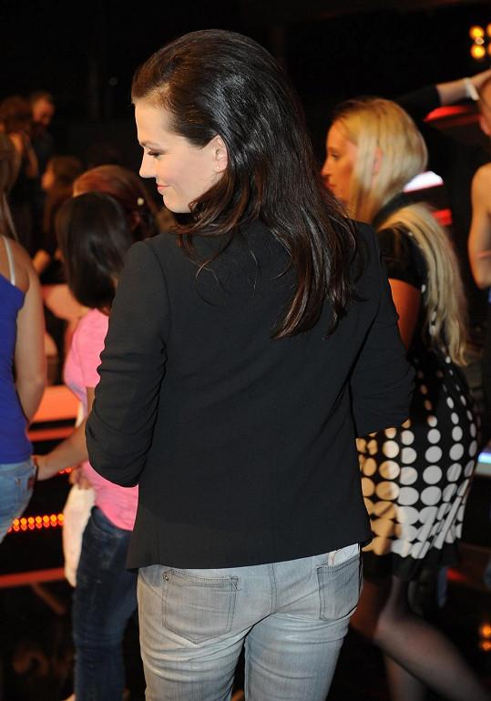 Marta vystavila v šedých džínsech své pozadí. A nemá ani gramu tuku navíc.