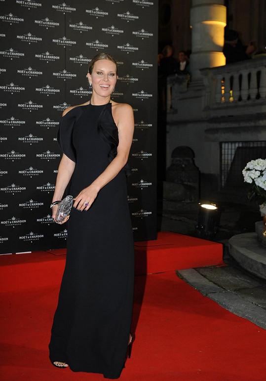 Simona Krainová v nádherné róbě Gucci.