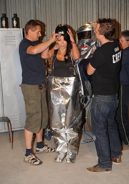 Pomohli jí nasadit helmu.
