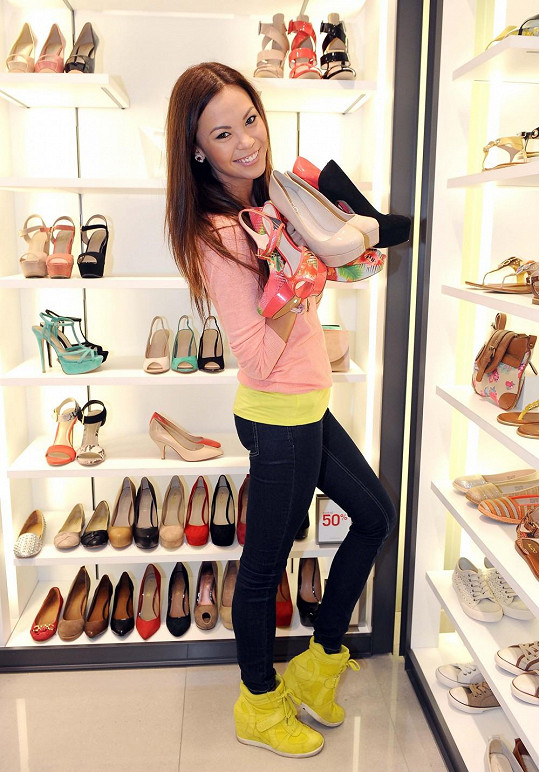Monika na botách na podpatku ujíždí.