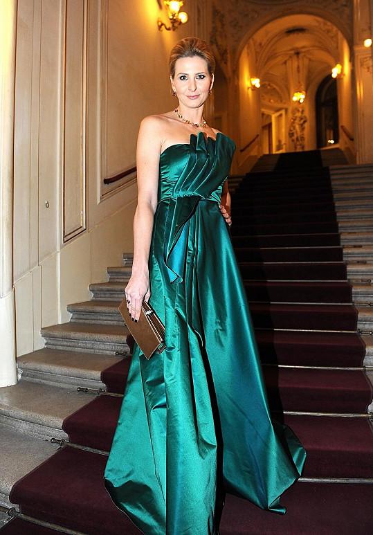 Pro manželku Karla Gotta je udílení Zlatých slavíků nejdůležitějším večerem v roce. Na to poslední opět Ivanu oblékla návrhářka Beata Rajská. Ivana zvolila model ze smaragdového hedvábí, kterému vévodil varhánkovitý sklad v živůtku.