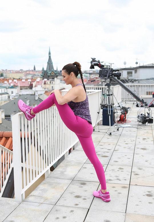 Hanka si pro cvičení vybrala střechu budovy v centru Prahy.