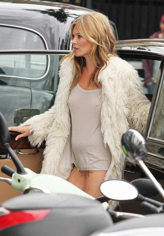 Pro Kate je nejspíš spodní prádlo zbytečností.