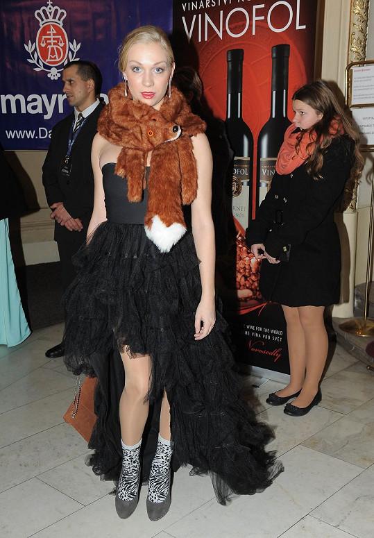 Táňa Malíková se na Slavíky ustrojila do svého alter ega ultra blbé blondýny se špatnou angličtinou Nicky Tučkové. Stačilo na sebe navěsit šaty s kanýrovou sukní s vlečkou, doplnit je plyšovou liščí štolou a levným obutím s výraznými ponožkami.