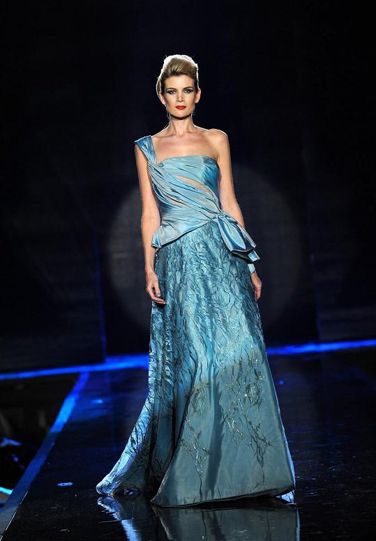 Iveta předváděla šaty od Blanky Matragi.