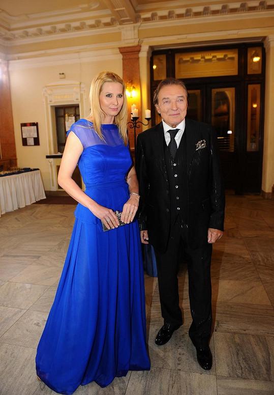 Karel s šaty Ivanky sladil kapesníček v obleku.