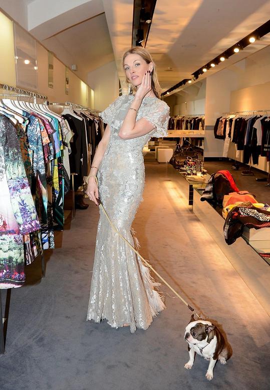 Pavlína Němcová v nádherných šatech španělského návrháře.