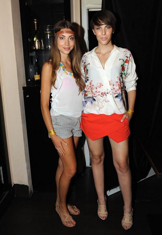 Denisa a Andrea v krátkých šortečkách.