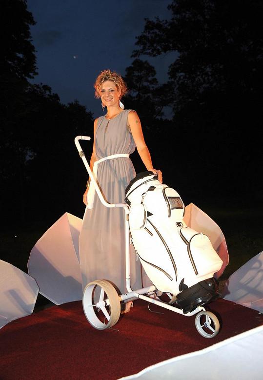 Katka představovala nový golfový vozík za 120 tisíc korun.