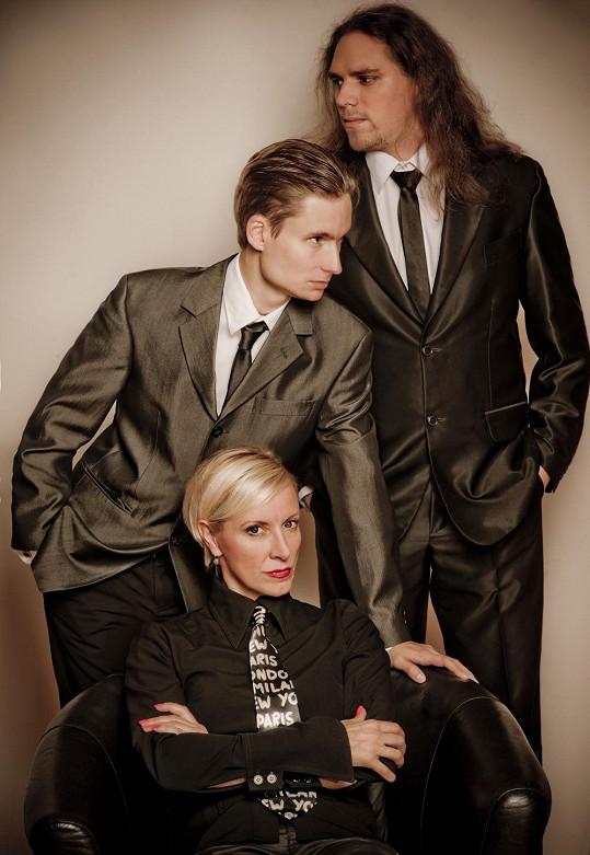 Své šansony zpívá Renata nejčastěji za doprovodu klavíristů Petra Ožany a Michala Worka.