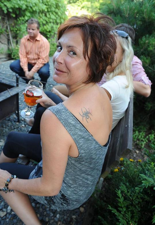 Ilona Svobodová se nechala v 53 letech tetovat.