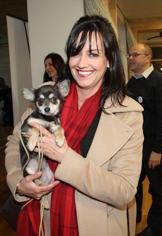 Tereza Brodská vykouzlila opět úsměv na tváři. Má na něm zásluhu nové štěně, ale především zlepšující se zdravotní stav její matky Jany.