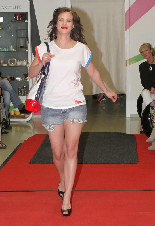 Kristýna Leichtová v krátkých šortkách na přehlídkovém mole