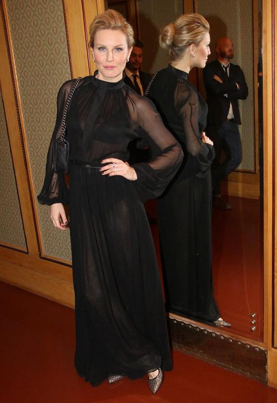 Modelka v šatech Petry Balvínové