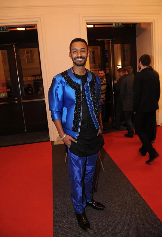 Yemi A.D. v netradičním obleku z hedvábí a neoprenu v královské modré barvě