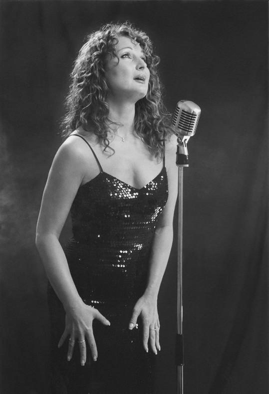 Takhle Světlana před deseti lety začínala v muzikálu Edith Piaf - Milovat k smrti, který napsala její sestra Táňa.