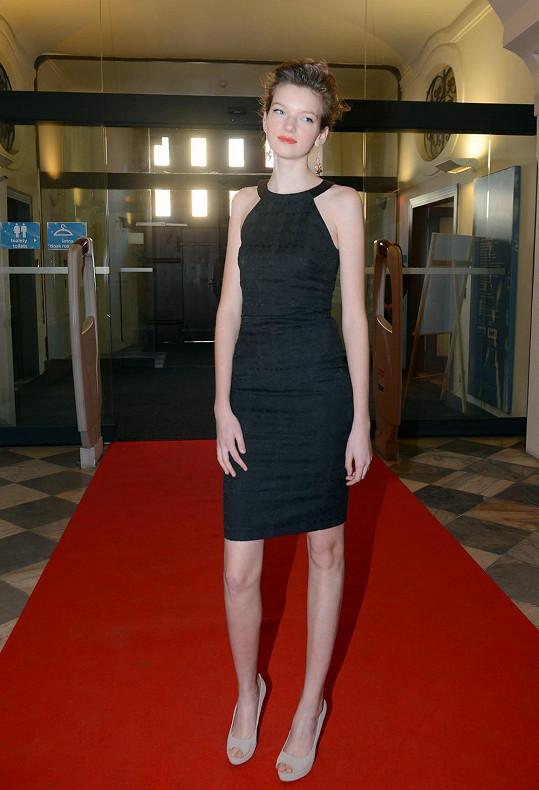 Člověk by řekl, že Eva nemá jen 173 centimetrů, ale možná o metr víc.
