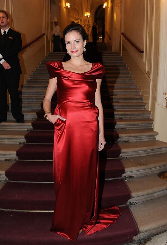Eliška Kaplicky ve foyer Státní opery pózovala sama.
