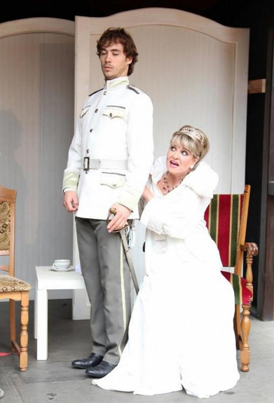 Chantal Poullain a Filip Tomsa se setkávají na prknech Letní scény Ungeltu ve hře Sklenice vody.