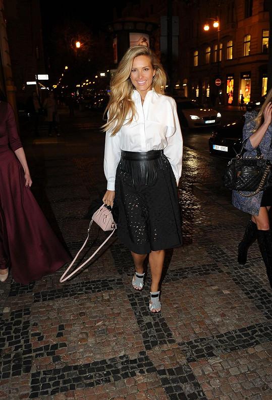 Samotnou večerní nákupní akci absolvovala kráska v outfitu kompletně od značky Tod's.