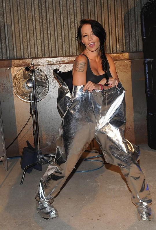 ...a předvedla, že do azbestových kalhot by se vešla celá.