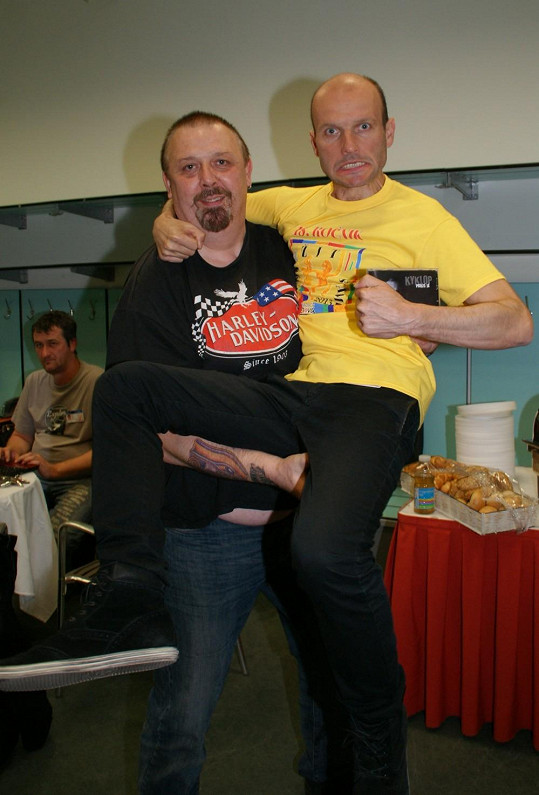Dalibor Gondík se ocitl v náruči Kyklopa z kapely Maxim Turbulenc...