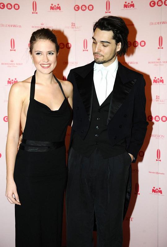 Emma Smetana s přítelem Jordanem, který obdivuje křivky své lásky.
