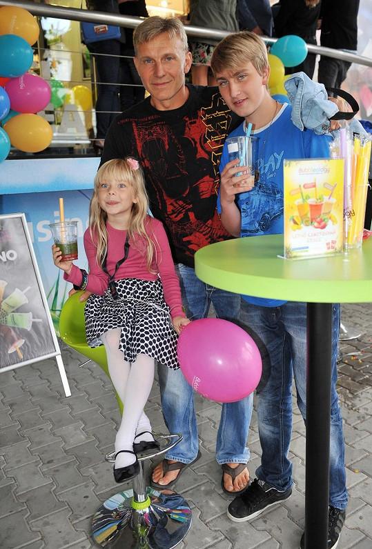 Kromě Emy má zpěvák ještě staršího syna Ivoše.